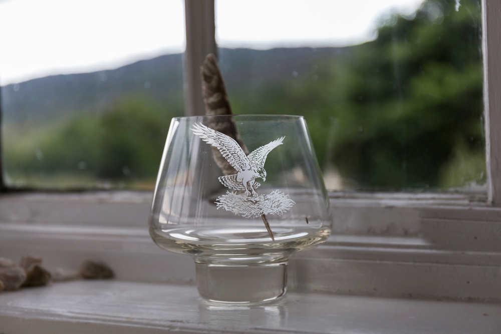 El grabado de copas y vasos está de moda entre las marcas productoras de bebidas